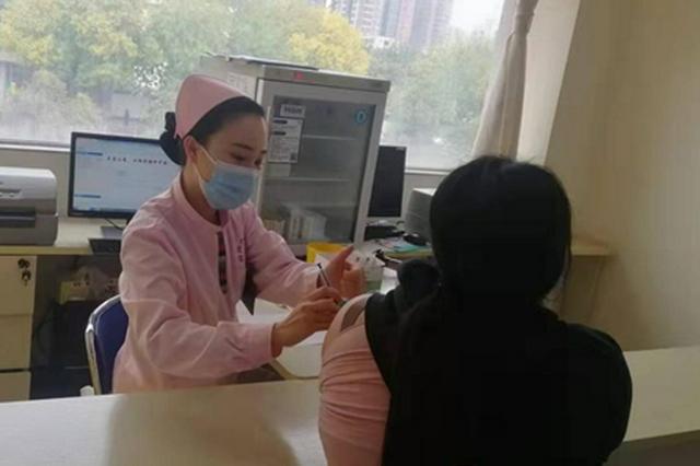 郑州多个基层社区有序开展新冠疫苗第三针接种工作