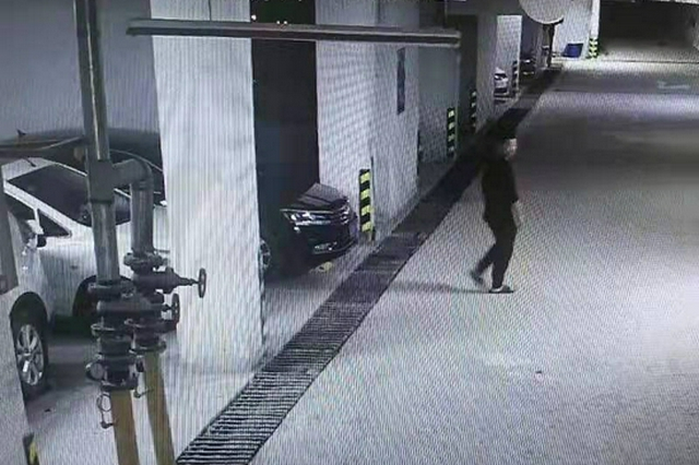 拉车门砸车窗偷钱还账 追视频攻线索抓获窃贼