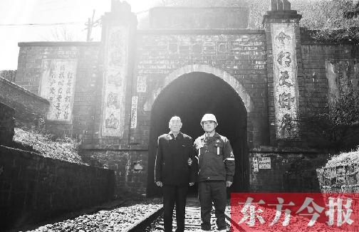 郑守礼与郑冬冬在沙木拉达隧道口合影留念 图片由受访者提供