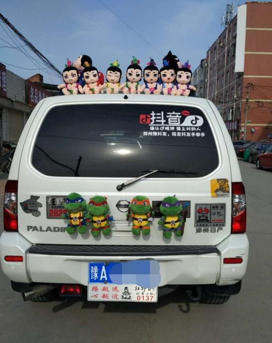 郑州:汽车车顶放玩偶 影响交通安全将被处罚