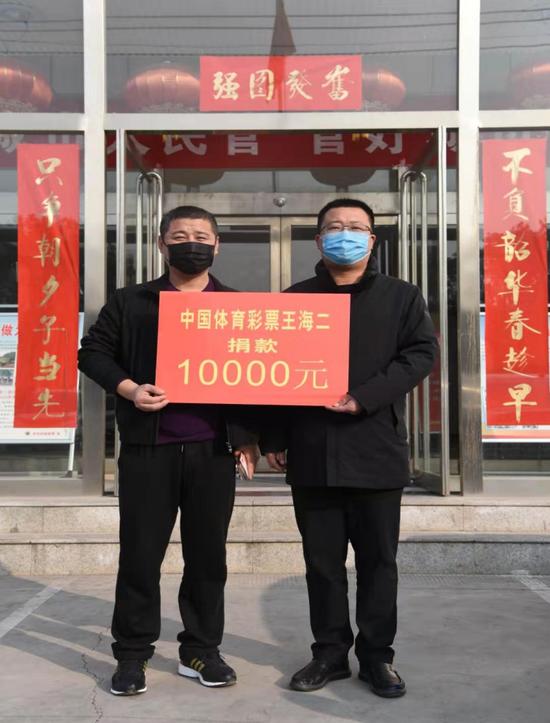 王海二(左)为环卫工人和城管队员捐款10000元