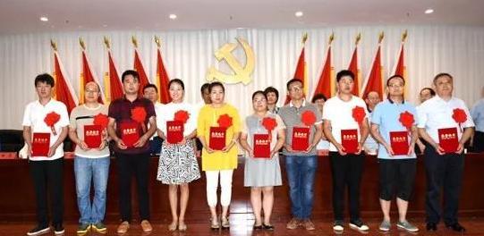 受表彰的优秀党员和党务工作者代表