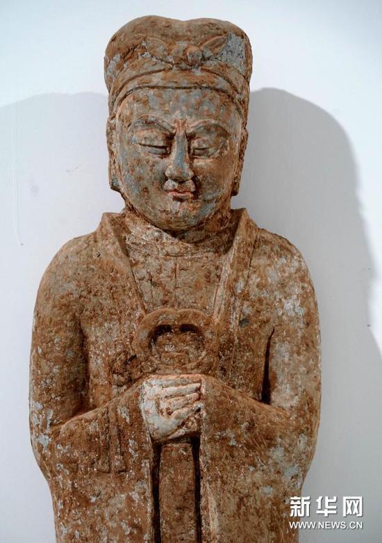 这是隋代汉白玉石棺床墓内出土的石俑(2020年12月24日摄)。新华社记者 李安 摄