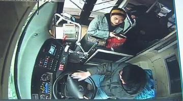 女子坐公交遗失挎包 再乘坐被车长认出