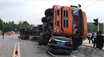 郑州街头货车侧翻 6车受损1人受伤