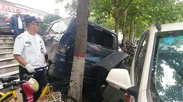 面包车倒车时失控 摔下1.6米高台阶