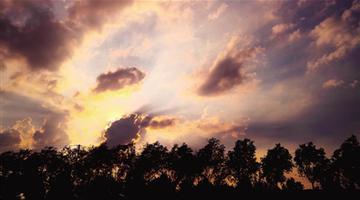 夕阳西下,阳光给云彩镶上金边
