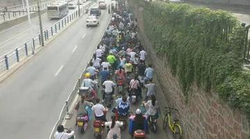 郑州百米电动车「长龙」过路口10分钟