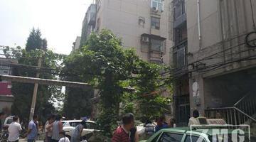 男子爬三楼防盗网要跳 为让警方找手机