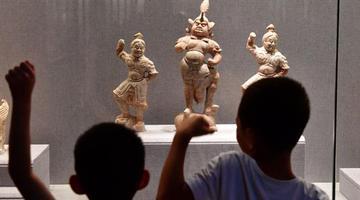 家长带孩子洛阳博物馆里度暑假