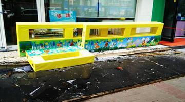 郑州临街商店18米长门头突然坠落