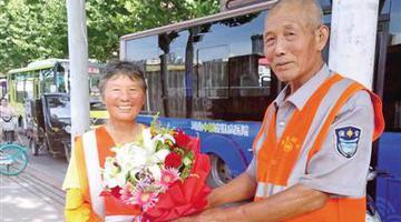 郑州60岁环卫工送花给妻子