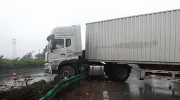 雨天路面湿滑 宁洛高速大货车失控