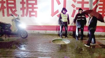 郑州街头窨井盖遗失 电车大灯派用场