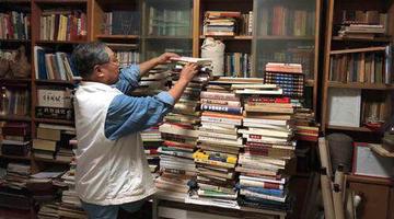 郑州老人用26本书记录郑州发展点滴