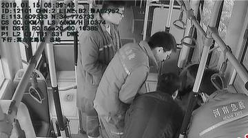 郑州孕妇公交车内晕倒 车长乘客守护