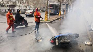电瓶车自燃着火 郑州环卫工变消防员