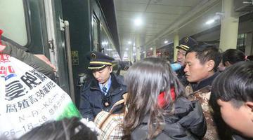 信号工变身乘务员 助力节后旅客返程