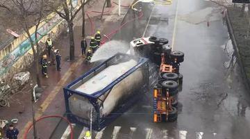 槽罐车与两辆小轿车相撞侧翻