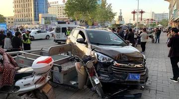 女司机错把油门当刹车 撞上电动车