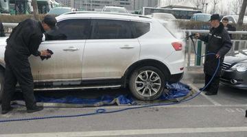 路边停放脏车 郑州将推行强制免费洗车