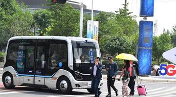 """郑州5G无人驾驶公交""""智慧岛""""试跑"""