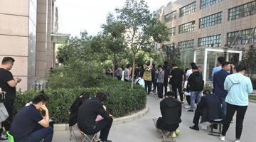 """520当天郑州新人""""全副武装""""领结婚证"""