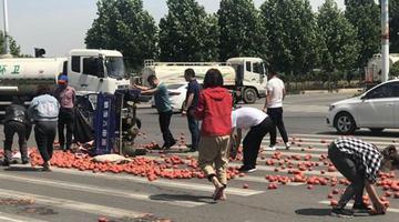 菜农遇车祸西红柿洒落一地 市民帮忙捡拾