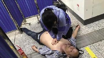 男子地铁内晕倒 郑州女孩人工呼吸救人