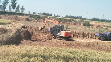 卫辉耕地遭黏土砖厂挖成深坑
