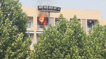 河南农业大学一学生宿舍失火 浓烟滚滚