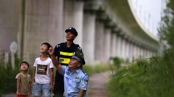 高温下的郑州巡线铁警:每天行走16公里