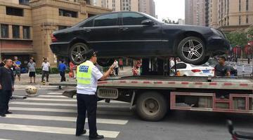 郑州街头200多万奔驰变僵尸车被拖走