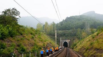 """南阳工务段:铁路隧道里的""""煤黑子"""""""