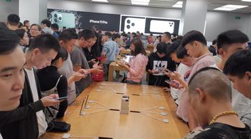 iPhone11郑州首发 年轻用户成消费主力