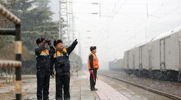 郑州:雪中巡视 保春运期间供电畅通