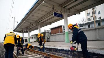 郑州:养路工养护平安回家路