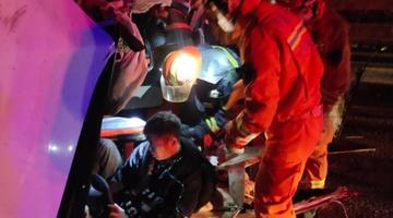 凌晨车祸3人被困 周口消防救援