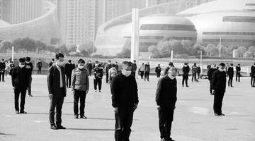 郑州市民向抗疫英烈和逝世同胞默哀