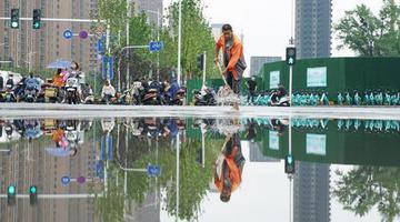 大雨后的郑州街头