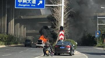 郑州街头车辆突然自燃
