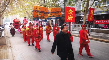 郑州现传统婚礼 用大花轿迎娶新娘