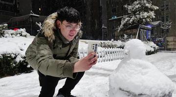 """郑州市民雪中""""打卡""""花式多"""