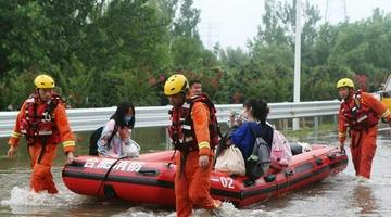 郑州:中原科技学院被困人员疏散