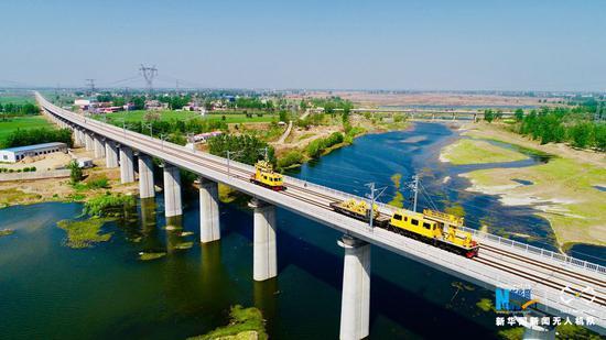 4月18日,航拍郑万高铁平顶山段郏县汝河大桥。
