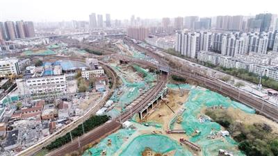 郑州金水路西延进展:2万吨下穿铁路箱桥顺利顶进到位