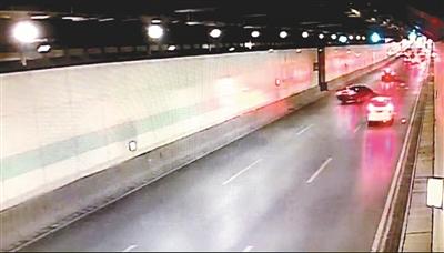 隧道监控视频截图:车辆快速超车引发追尾