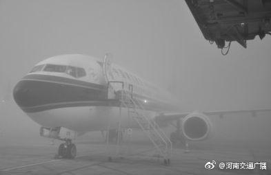河南多地浓雾笼罩, 郑州机场航班大面积延误