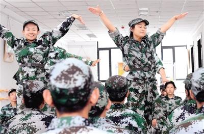 军训间隙,学生们还跳起了欢快的舞蹈