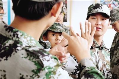 军训间隙,大家用手语聊天